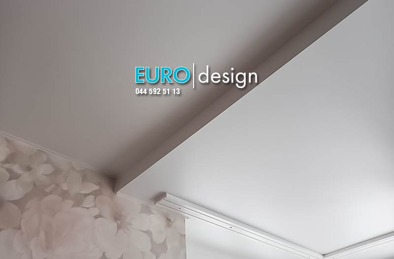 Установка матового двухуровневого натяжного потолка. фото 3